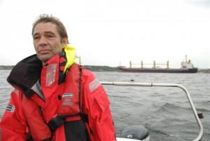 Sigurd Enge, Bellona, her på befaring ved havaristen Full City utenfor Langesund. (Foto: Tone Foss Aspevoll/Bellona