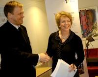 Olje- og energiminister Åslaug Haga mottar 2007-rapporten fra Enovas konstituerte adm. dir., Fridtjof Unander (Frontpage ingress image)