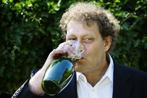 Frederic Hauge drikker alger