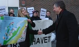 Overleverer kart til energiministeren (Ingress image)