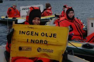 Aksjon jente med gul skilt prøveboring Erik Raude