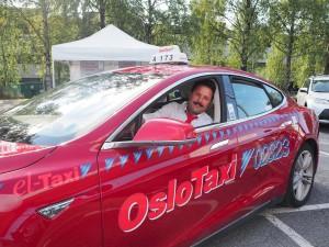 Abulfath Frouzandehjoo fra Oslo Taxi er storfornøyd med sin elbiltaxi