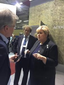 Statsminister Erna Solberg intervjues på Bellonas stand under klimatoppmøtet i Paris. Frederic Hauge i bakgrunnen.