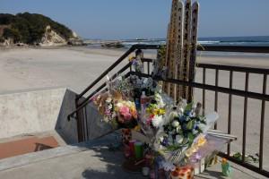 Minnesmerke over Fukushima-katastrofen satt opp på stranden to år etter ulykken.