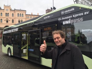 Bellona-leder Frederic Hauge er sikker på at elbusser blir dagligdags i bygatene i løpet av få år. De første elbussene i Oslo kommer i 2017.