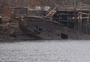 Forlatte skipsvrak på en strand i Murmansk.
