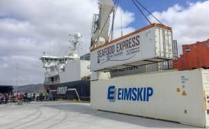 Her lastes den første containeren med sjømat ombord fra Kråkøya Kysthavn.