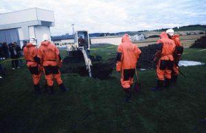 Bellona graver opp tønner med radioaktivt avfall fra plenen til IFE ved Lillestrøm