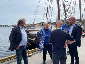 Statsminister Erna Solberg møtte ledelesen i Morrow Batteries og Bellona-stifter Frederic Hauge i Arendal søndag.