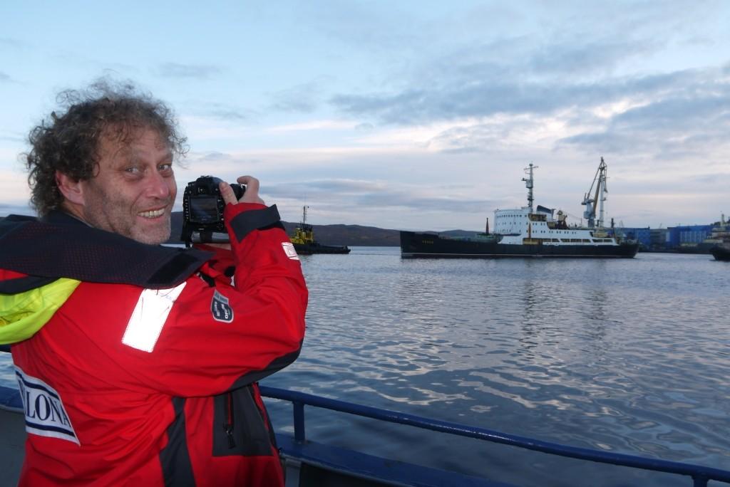 Frederic Hauge observerer at Lepse taues fra Murmansk havn