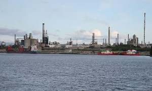 Statoil's Mongstad oil refinery and gas powered plant, again left out of CCS retrofits. (Photo:Wikimedia Commons)