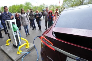 Bellona General Director Nils Bøhmer, far left, plug in the Park Inn's new e-car charger. (Photo: Lev Fedorov)