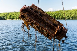 The skeleton of a boat and other nautical trash are lifted from the sea in the Murmansk Region. (Photo: gov-murman.ru)