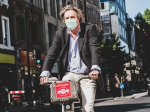 London cyclist wearing a facemask due to air pollution