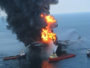 Deepwater Horizon offshore drilling unit on fire 2010 BP мексиканский залив (Ingress image)