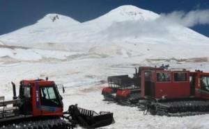Горнолыжные ратраки на склонах Эльбруса. Так высоко в Приэльбрусье (до 4 000 м над уровнем моря) лыжники и любители сноубординга никогда прежде не забирались.