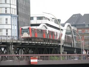 С целью сокращения автомобильных выбросов Гамбург активно развивает общественный транспорт. Например, открываются новые линии подземного и наземного метро в новые и реконструируемые районы.
