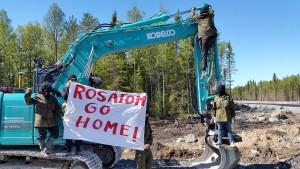 Протестующие заблокировали экскаватор на площадке строительства АЭС «Ханхикиви».