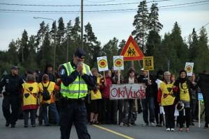 Перекрытие активистами дороги к АЭС Олкилуото в знак протеста против строительства экспериментального ректора типа EPR. Август 2011 года.