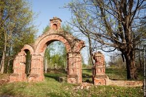 Развалины церковной ограды в селе Святск. Святск попал в зону, подлежащую немедленной эвакуации (уровень загрязнения цезием-137 выше 40 Ки/км кв). Однако окончательно был покинут лишь в 2003 году. Официально упразднен в 2006 году.