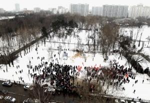 На митинг сторонников строительства храма на Торфянке пришли местные жители, чтобы выразить свое возмущение предпринятой накануне попыткой «православных активистов» захватить парк и завести в него стройматериалы. 13 февраля.