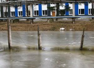 Полигон «Красный Бор». Уровень воды в обводном канале перед шандорой критичен.