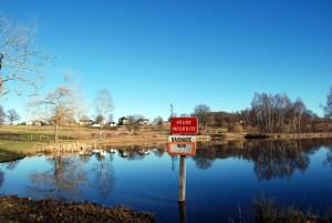 Озеро Шан де Кро в коммуне  Сен-Пьер, в котором нельзя купаться из-за радиационного загрязнения.