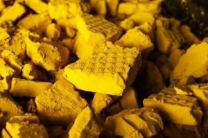 Экстракт урана (yellowcake), перерабатываемый затем в тетрафторид урана.