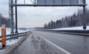 Пустая платная трасса через Химкинский лес.