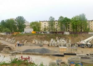 Возведение фундамента дома на засыпанной части пруда.