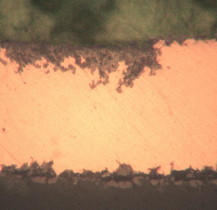 Следы коррозии в медной фольге толщиной 100 мкм после 15-летнего пребывания в дистиллированной воде.