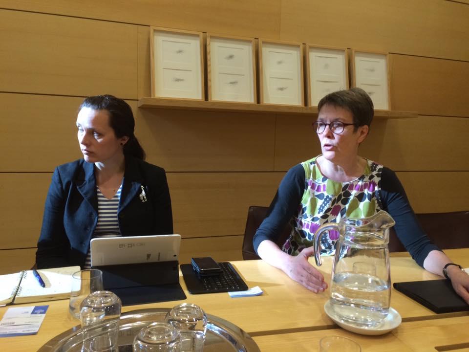 Член Парламента Финляндии Сату Хааси (справа) на встрече с участниками проекта «Беллоны». Фото: Александр Колотов