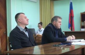 Руслан Тищенко (слева)  на заседании суда в Мурманске