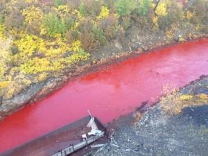 6 сентября вода в норильской реке Дадлыкан окрасилась в ярко-красный цвет.
