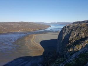 Ланг-фьорд, что в километре от центра Киркенеса на норвежском побережье Баренцева моря, засыпан пустой породой от обогащения железной руды.