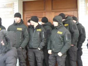 ЧОП «РМК-Безопасность» преграждает вход на общественные слушания.