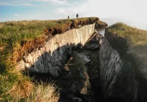 Таяние вечной мерзлоты – особая напасть. Помимо других последствий, вслед за мерзлотой в прибрежных арктических районах исчезает и суша, которую ранее сковывал лед; сокращается площадь многих арктических островов, некоторые малые острова, например легендарная «Земля Санникова», в прошлом столетии исчезли, буквально растворившись в океане.