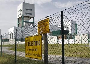 Надпись «Фукусима везде. Мы блокируем ядерное безумие», вывешенная на заборе хранилища для высокоактивных отходов в Горлебене, Германия, во время протестов против включения Горлебена в список потенциальных площадок для хранения РАО в будущем. По многим оценкам, данная площадка не удовлетворяет всем критериям безопасности. 28 апреля 2012г.