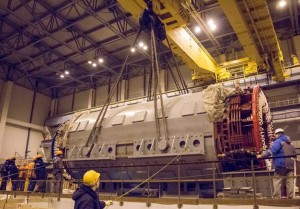 Монтаж электрогенератора, аналогичного сгоревшему на НВ АЭС.