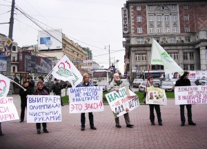 Митинг 26 октября 2006 года против строительства олимпийских объектов в Сочинском национальном парке. В центре – Алексей Яблоков.