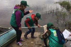 Ученики толмачевской общеобразовательной школы берут пробы воды из реки Луга для дальнейшего анализа.