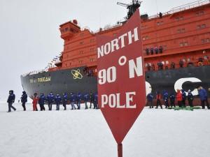 Ледокол «50 лет победы» на Северном Полюсе.