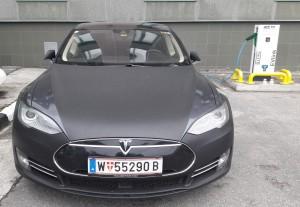 Турист из Австрии заряжает свой электромобиль на зарядной станции в Мурманске.