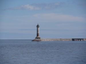 Маяк на территории парк-отеля «Капитан Морган», захватившего живописный мыс в южной оконечности бухты Моторное.