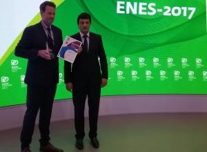 Серебристо-зелёную статуэтку и диплом генеральный менеджер Нильс Бёмер (Nils Bøhmer) получил из рук заместителя министра энергетики России Антона Инюцына.