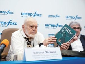 А. В. Яблоков и А. К. Никитин на презентации 6-го издания книги о последствиях Чернобыля.  Апрель 2016 года.