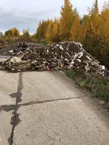 Вываленные отходы заняли часть дороги в пмз Горелово 10.10.2017