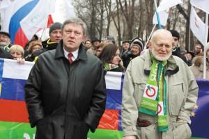 Алексей Яблоков и Григорий Явлинский на Марше мира в Москве. 15 марта 2014 года.