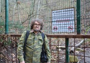 Андрей Рудомаха во время проведения общественной экологической инспекции окрестностей села Криница на Черноморском побережье. За забором незаконно возводится винодельческое шато. Нападение на активистов Эковахты было совершено в тот же вечер. 28 декабря 2017 г.