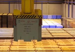 Контейнер типа НЗК с радиоактивными отходами устанавливается во временное хранилище.